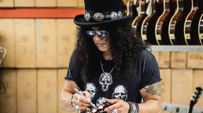 El guitarrista Slash confirma que Axl Rose está trabajando en nuevos temas